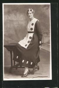 AK Dame verkleidet als Dominostein mit Spielkarten im Haar