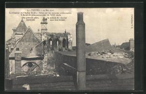 AK Troyes, Le Clocher de l`Eglise St. Jean s`abat sur les maisons avoisinantes