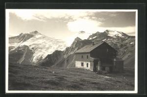 AK Tuxerjoch-Berghütte im Zillertal mit Gebirge im Hintergrund
