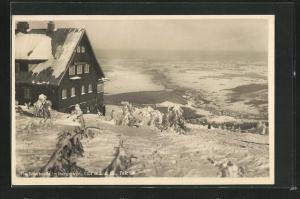 AK Heufuderbaude im verschneiten Isergebirge mit Talblick