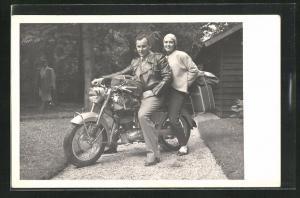 AK Ehepaar auf einem Motorrad