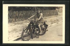 AK Junges Mädchen auf einem Motorrad