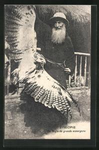 AK Éthiopie - Un Aigle de grande envergue, Greis mit Adler, Falknerei / Beizjagd