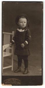 Fotografie Samson & Co, Bremen, Portrait niedlicher Bube in hübschem Matrosenanzug