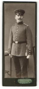 Fotografie F. Renziehausen, Hannover, Portrait stattlicher Soldat in interessanter Uniform
