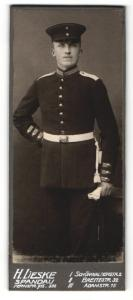 Fotografie H. Lieske, Berlin-Spandau, Portrait junger stattlicher Soldat in interessanter Uniform