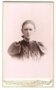 Fotografie Max Fischer, Dresden-A, Portrait Frau mit zusammengebundenem Haar