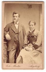 Fotografie Gebr. Martin, Augsburg, Portrait bürgerliches Paar in hübscher Kleidung