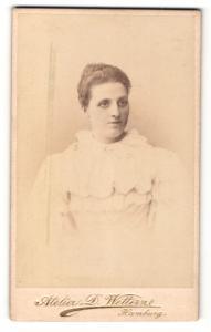 Fotografie D. Wettern, Hamburg, Portrait hübsch gekleidete Dame mit Hochsteckfrisur