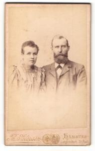 Fotografie Th. Petersen, Hamburg, Portrait bürgerliches Paar in hübscher Kleidung