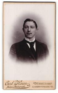 Fotografie Carl Heise, Düsseldorf, Portrait elegant gekleideter Herr mit Langbinder