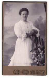 Fotografie Max Seifert, Freiberg i/S., Portrait junge Frau in schönem, weissem Kleid