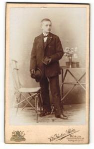 Fotografie Wilhelm Stein, Berlin, Portrait niedlicher Bube mit Hut im Anzug