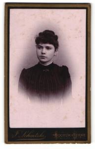 Fotografie F. Schaetzke, Bochum, Portrait dunkelhaarige junge Schönheit mit Brosche am Blusenkragen