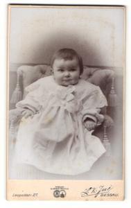 Fotografie L. K. Jue, Dessau, Portrait bezauberndes Kleinkind im weissen Taufkleidchen