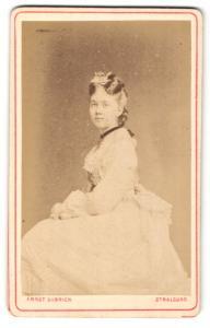 Fotografie Ernst Ulbrich, Stralsund, Portrait sitzende Dame im festlichen Kleid mit Halsband