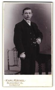 Fotografie Karl Mäckel, Burgstädt i / S., Portrait charmanter Herr im Anzug mit Fliege und Schnurrbart