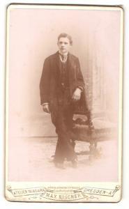 Fotografie Max Fischer, Dresden-A, Portrait halbwüchsiger Knabe in Anzug