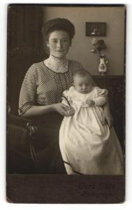 Fotografie Curt Otto, Ort unbekannt, Portrait junge Mutter mit Baby