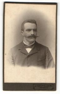 Fotografie J. Seefelder, Passau, Portrait Herr mit imposantem Schnauzbart und Bürstenhaarschnitt