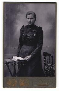 Fotografie Max Seifert, Freiberg i/S, Portrait Fräulein in festlicher Kleidung