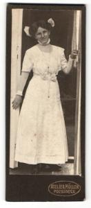 Fotografie Atelier Müller, Poessneck, Portrait hübsch gekleidete Dame in der Tür stehend