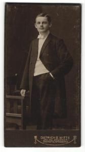 Fotografie Dietrich & Witte, Chemnitz, Portrait elegant gekleideter Herr mit Schnurrbart an Stuhl gelehnt