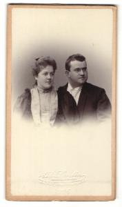 Fotografie Th. Lantin, Aachen, Portrait bürgerliches Paar in hübscher Kleidung