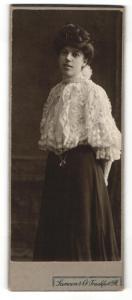 Fotografie Samson & Co., Frankfurt a. M., Portrait junge Dame in hübscher Bluse mit Hochsteckfrisur