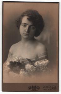 Fotografie William Roth, Berlin, Portrait junge Dame in schulterfreier Garderobe