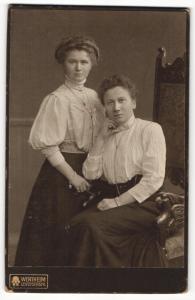 Fotografie Wertheim, Berlin, Portrait zwei bürgerliche Damen in hübscher Kleidung mit Schmuck