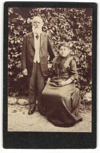 Fotografie unbekannter Fotograf, Wehen i. Taunus, Portrait sitzende ältere Dame mit Mann in eleganter Kleidung