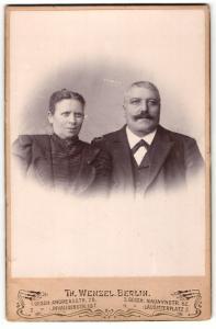 Fotografie Th. Wenzel, Berlin, Portrait bürgerliches Paar in eleganter Kleidung