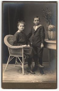 Fotografie Aug. Müller, Berlin-Spandau, Portrait Mädchen mit Haarschleife und jüngerer Bruder im Matrosenhemd