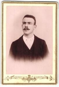 Fotografie Cabinet-Portrait, unbekannter Ort, Portrait bürgerlicher Herr im Anzug mit Krawatte und Schnauzbart