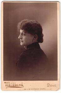 Fotografie Millar, Detroit, Portrait elegant gekleidete Dame mit Perlenkette