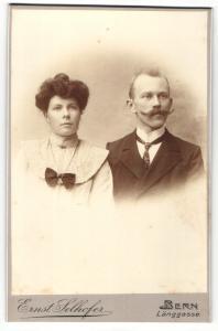 Fotografie Ernst Selhofer, Berlin, Portrait bürgerliches Paar in eleganter Kleidung