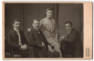 Fotografie Höpfner & Pieperhoff, Halle a/S, Portrait Vater mit zwei erwachsenen Söhnen und Tochter