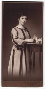 Fotografie Paul Hassert, Hannover, Portrait dunkelhaarige Schönheit im bestickten Kleid