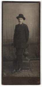 Fotografie G. Klipp, Arendsee, Portrait niedlicher Bube mit schwarzem Hut Anzug
