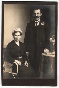 Fotografie unbekannter Fotograf und Ort, Portrait bürgerliches Paar in eleganter Kleidung