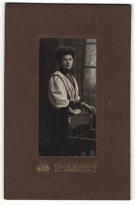 Fotografie Atelier Hartmann, Ilmenau i / Th., Portrait hübsch gekleidete Dame mit Armband an Stuhl gelehnt