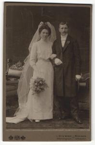 Fotografie L. Otto Weber, Meiningen, Portrait bürgerliches Paar in Hochzeitskleidung mit Schleier und Blumenstrauss