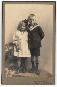Fotografie Bachner, Meiningen, Portrait Junge im Matrosenanzug und Mädchen im weissen Kleid
