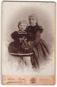 Fotografie Atelier Rothe, Cassel, Portrait zwei kleine Mädchen in modischen Kleidern mit Blume