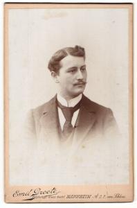 Fotografie Emil Groote, Mannheim, Portrait bürgerlicher Herr im Anzug mit Krawatte und Zwirbelbart