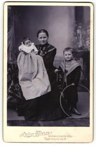 Fotografie Atelier Elvira, Ludwigshafen a / Rh., Portrait sitzende Mutter mit Baby im Arm und Sohn mit Reifen