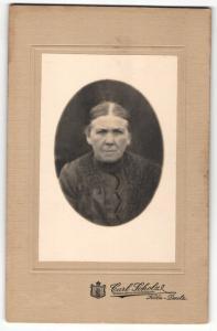 Fotografie Carl Scholz, Köln-Deutz, Portrait ältere Dame mit zurückgebundenem Haar