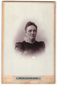 Fotografie M. H. Ladde, Amsterdam, Portrait Dame im perlenbestickten Kleid mit Hochsteckfrisur