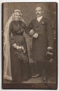 Fotografie Joh. Sadony, Bad Salzig am Rhein, Portrait bürgerliches Paar in Hochzeitskleidung mit Schleier und Blumen